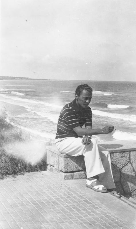 Leon Kalustian în tinerețe, la mare, fumând