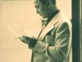 Leon Kalustian în tinerețe, citind