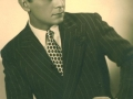 Leon Kalustian în tinerețe, cu țigara în mână