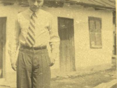 Leon-Kalustian-în-tinerețe-în-curtea-casei-părintești