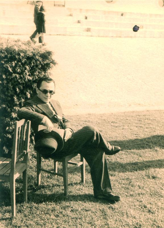 Leon Kalustian în tinerețe, stând pe scaun