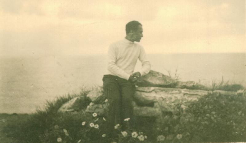 Leon Kalustian în tinerețe, stând pe stâncă