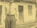 Leon Kalustian în tinerețe, în curtea casei părintești