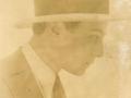 Leon Kalustian în tinerețe, din profil, cu pălărie